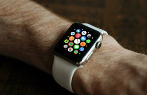 apple watch sul polso di un uomo