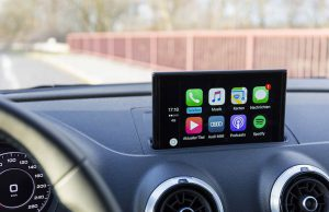 cruscotto di un auto con display grande e app controllabili
