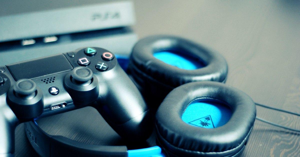 joystick e cuffie di un gamer