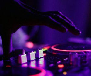 foto di un DJ che suona