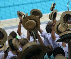 Cappelli di paglia in piscina
